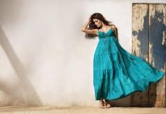 модель в синем платье