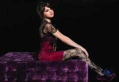 Красивая девушка Селена Гомес на стол обои
